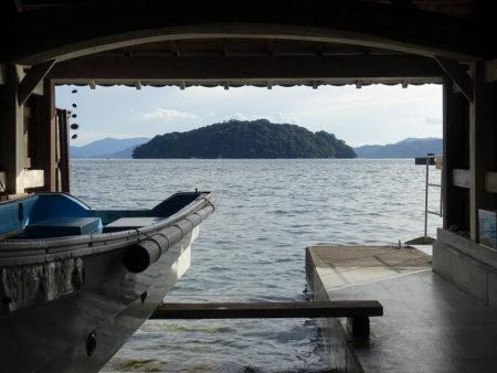 舟屋額縁の中の青島の写真