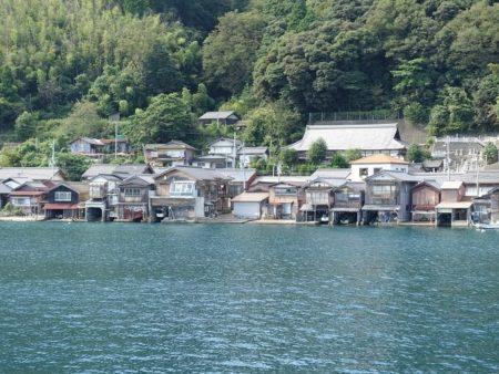湾側から見た舟屋の写真