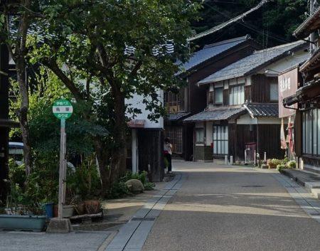 舟屋見学ができるスポットの場所(島屋のバス停付近)を示す写真