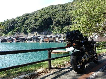 道沿いで写した伊根の舟屋とCBRの写真
