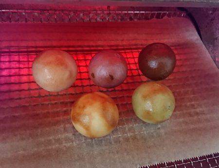 オーブントースターで焼いている写真