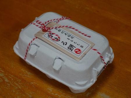 卵ケーズの様な箱に入って届く水まる餅の箱の写真
