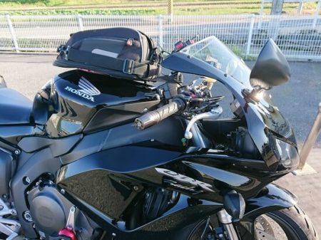 SSバイクのスタイルを崩さないハリケーンハンドルの写真