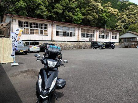 旧九重小学校の木造校舎をリノベーションした『Bookcafe kuju』の写真
